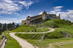 Rasnov Rumänien - Maj, 2017: Bred sikt av den inre borggården av den Rasnov citadellen i det Brasov länet Rumänien arkivfoton
