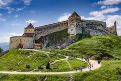 Rasnov Rumänien - Maj, 2017: Bred sikt av den inre borggården av den Rasnov citadellen i det Brasov länet Rumänien arkivfoto