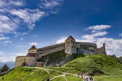 Rasnov Rumänien - Maj, 2017: Bred sikt av den inre borggården av den Rasnov citadellen i det Brasov länet Rumänien fotografering för bildbyråer