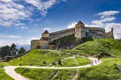 Rasnov Rumänien - Maj, 2017: Bred sikt av den inre borggården av den Rasnov citadellen i det Brasov länet Rumänien royaltyfri bild
