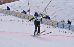 Rasnov, Rumania - 7 de febrero: El puente de esquí desconocido compite en el FIS Ski Jumping World Cup Ladies el 7 de febrero de  foto de archivo libre de regalías