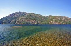Raso e lago em um parque da montanha Imagens de Stock