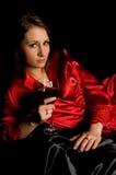 Raso rosso del nero dell'abito della ragazza con vino Fotografie Stock Libere da Diritti