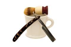 Rasoio diritto con la tazza e la spazzola Immagine Stock