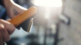 Rasoir électrique propre de coiffeur avec la brosse clips vidéos