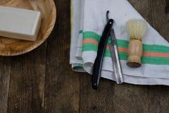 Rasoir, brosse et savon sur une vieille table en bois Accessoires pour le DA photo libre de droits