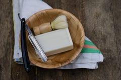 Rasoir, brosse et savon sur une vieille table en bois Accessoires pour le DA images libres de droits