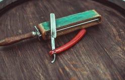 Rasoir dangereux de vintage avec l'affûteuse en cuir Photo stock