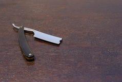 Rasoir droit avec la poignée noire de klaxon image stock