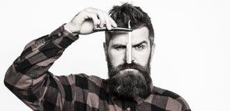 Rasoir droit de vintage Concept de service de raseur-coiffeur Le coiffeur barbu beau tient un moment de rasoir droit photo libre de droits