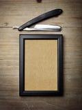 Rasoir droit et affiche de papier d'emballage sur le bureau en bois Photographie stock