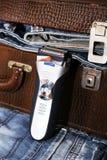 Rasoir et une valise avec des jeans Photo libre de droits