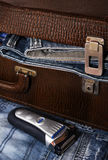 Rasoir et une valise avec des jeans Images libres de droits