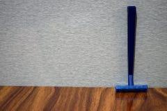 Rasoir humide de rasage sur une table en bois photo stock