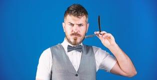 Rasoir pointu Homme barbu avec le rasoir droit dans le raseur-coiffeur Homme brutal avec le rasoir de rasage de participation de  images libres de droits
