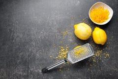 Rasp met schil en citroenen stock afbeeldingen