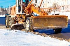 Raspador da estrada que remove a neve das ruas da cidade Imagens de Stock