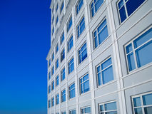 Raspador do céu azul de Windows da construção Foto de Stock