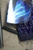 Raspadores da tinta da pintura das ferramentas azuis na bandeja fotografia de stock royalty free