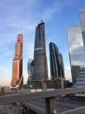 Raspadores do céu da cidade de Moscou foto de stock