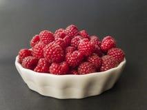 Raspbeeries frais dans une cuvette blanche Photo libre de droits