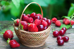 Raspberries, cherries and strawberries i Royalty Free Stock Images