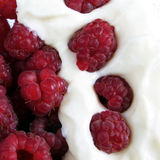 Raspberries with yogurt Royalty Free Stock Photos