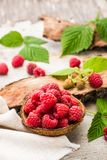 Raspberry in a bowl, berries and leaves on a shabby  wood. En table Stock Photo