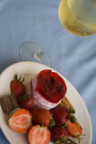 Raspberry cheesecake and glass of champagne Royalty Free Stock Photos