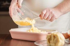 Raspe a pastelaria refrigerada no enchimento Fazendo a galdéria da torta de Apple Fotos de Stock