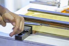 Raspeln Sie, an Hand Stahlwerkzeug hölzerne Tischlerwerkstatt zu machen lizenzfreies stockfoto