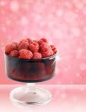 Rasperries in ciotola rossa di vetro fotografia stock