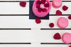 Rasperry Charlotte, macarons, baies de framboise Image libre de droits