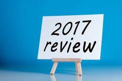 2017 rassegna - manifesto con un'iscrizione su un fondo blu Tempo di riassumere e progettare gli scopi per l'anno prossimo Fotografie Stock Libere da Diritti