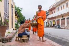 Rassemblant l'aumône Luang Prabang, photographie stock libre de droits