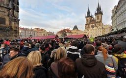 Rassemblement énorme des personnes devant l'église Photographie stock