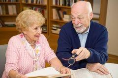 Rassemblement d'aînés dans la bibliothèque Photos stock