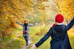 Rassemblement d'amis dans la forêt d'automne Photographie stock