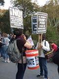 Rassemblement d'Anti-atout, signes de langue espagnole, Washington Square Park, NYC, NY, Etats-Unis Photos libres de droits