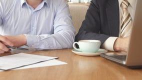 Rassemblement de deux associés au café
