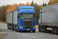 Rassemblement de deux camions de Scania sur la route Image stock