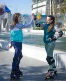 Rassemblement de deux rouleaux de filles en parc Photo libre de droits