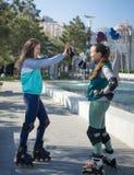 Rassemblement de deux rouleaux de filles en parc Image libre de droits