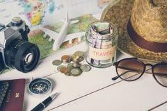 Rassemblement de l'argent pour le voyage avec des accessoires de voyageur Photo stock