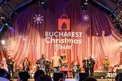 Rassemblement de personnes à la ville du centre de Bucarest de concert gratuit du marché de Noël Images stock