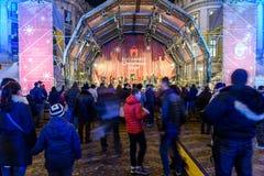 Rassemblement de personnes à la ville du centre de Bucarest de concert gratuit du marché de Noël Photo libre de droits