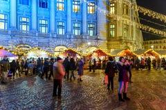 Rassemblement de personnes à la ville du centre de Bucarest du marché de Noël la nuit Images stock