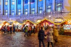 Rassemblement de personnes à la ville du centre de Bucarest du marché de Noël la nuit Photographie stock