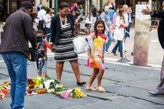 Rassemblement de personnes en deuil pour Mandela Images stock