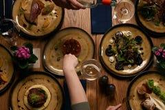 Rassemblement de société dîner pour de Noël ou de nouvelle année partie à la table de fête image stock